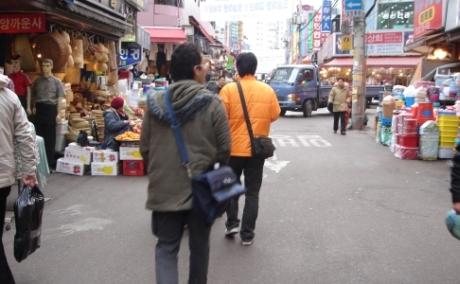 cdd2b06c3a1 南大門市場は観光に買い物に人気の昔ながらの雰囲気を残す市場。狭いエリアに1万軒近いお店がひしめき合っています。